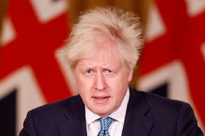 Perdana Menteri Inggris Boris Johnson berbicara selama konferensi pers virtual, setelah memimpin pertemuan COBRA, yang diadakan sebagai tanggapan atas peningkatan pembatasan perjalanan di tengah pandemi penyakit virus corona (COVID-19), di 10 Downing Street, di London, Inggris, 21 Desember 2020.
