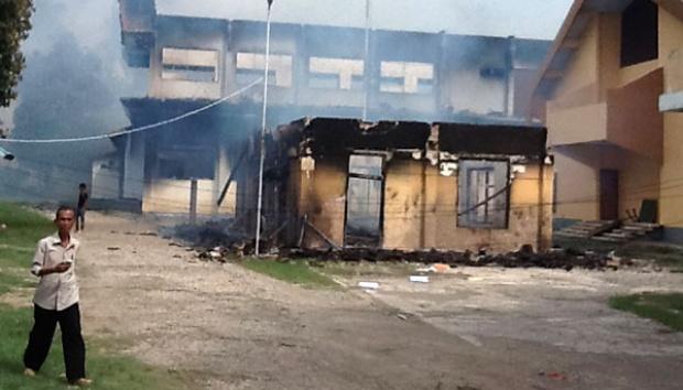 Kantor Bupati Bima dibakar oleh massa yang marah karena Ferry Zulkarnain tak kunjung mencabut izin eksplorasi tambang emas di Kecamatan Lambu. (Tempo.)