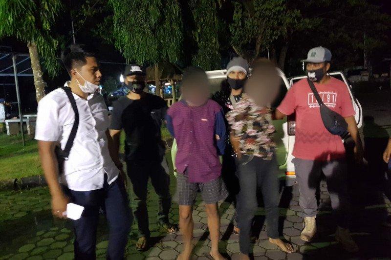 Anggota Satreskrim Polres Lombok Tengah, NTB, menangkap dua orang warga (wajah tertutup) yang diduga menjadi pelaku pembunuhan berencana terhadap korban Awan Hamzah, di Desa Kuta, Kecamatan Pujut, Kabupaten Lombok Tengah, pada Rabu (3/2/2021). (ANTARA)