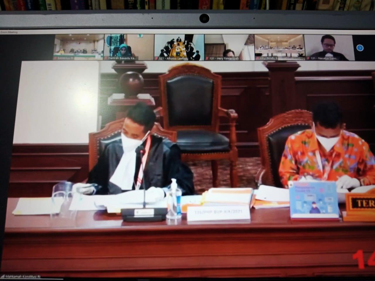 Tim hukum KPU Kabupaten Bima menyampaikan eksepsi di MK pada Kamis (4/2/2021). (NTB NEWS)