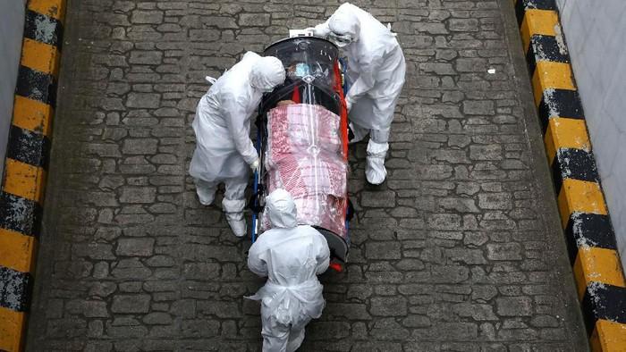 Ilustrasi penanganan pasien yang terinfeksi virus corona. (Chung Sung-Jun/Getty Images)
