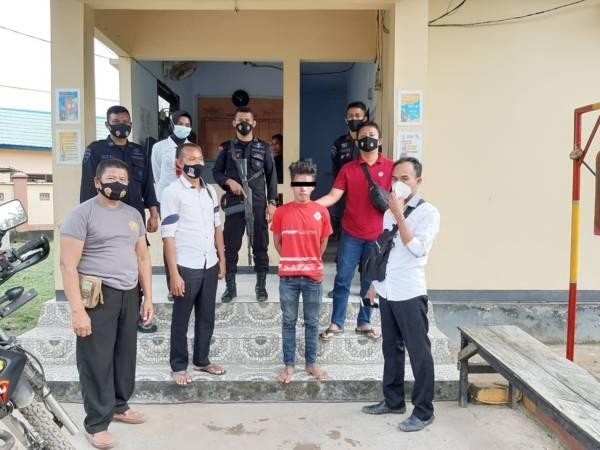 Seorang pemuda yang diamankan karena hendak memerkosa seorang siswi SD di Kelurahan Oi Fo'o. (Eko/NTB NEWS)