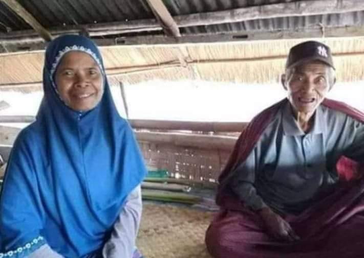 Almarhum Pakoh dan suaminya, Latif, berfoto bersama sebelum perempuan tersebut meninggal dunia. (Istimewa)
