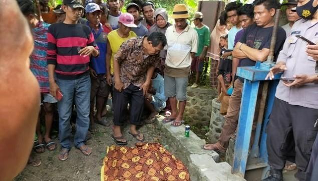 Warga berkerumun di tempat di mana Ridwan meninggal dunia. (Istimewa)
