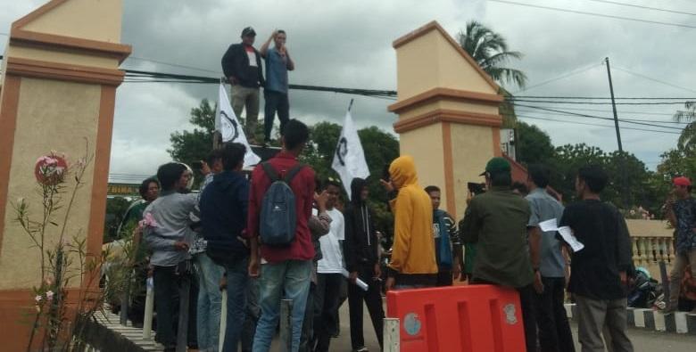 Massa yang tergabung dalam LSHAM Bima melakukan aksi di depan kantor Polres Bima Kota, Selasa (30/3/2021). (Nur Hasanah/Ntb News)