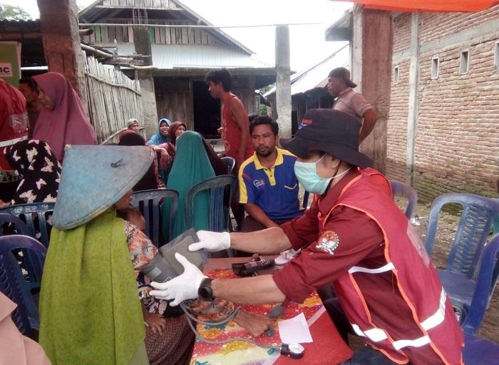 Tenaga kesehatan sedang memeriksa korban banjir di Kabupaten Bima. (Ntb News/Nur Hasanah)