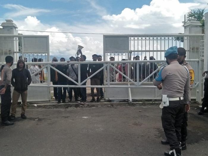 Aparat kepolisian terlihat mengamankan aksi massa Rakyat Bima Menggugat di depan Kantor Bupati Bima. (Arif Sofyandi/Ntb News)
