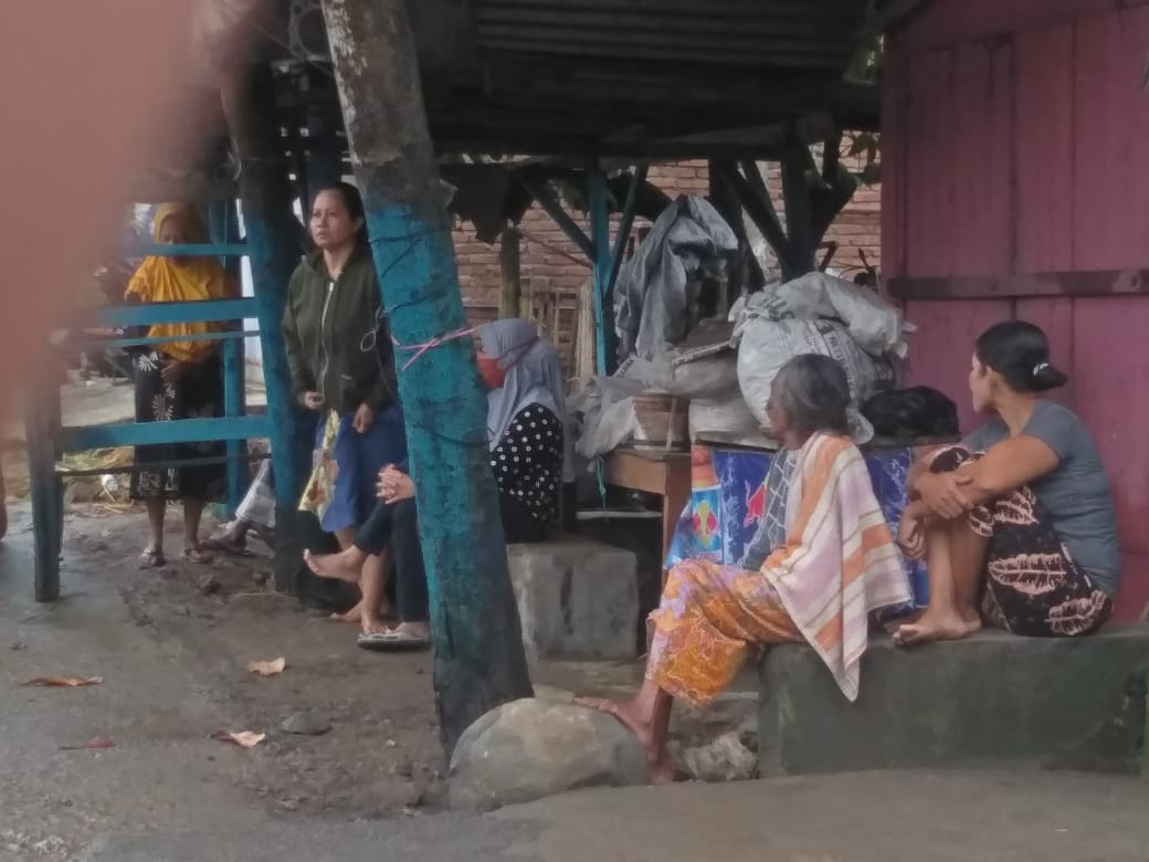 Warga mengungsi ke tempat yang lebih aman sejak Jumat malam. (Ntb News/Arif Sofyandi)