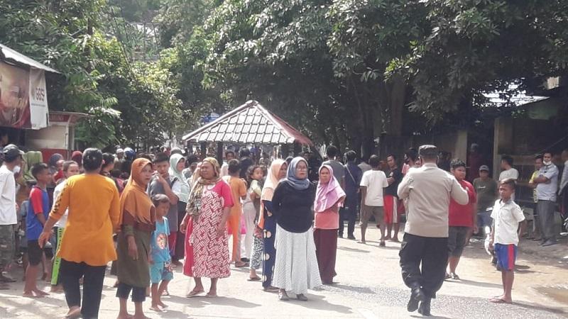 Warga Kota Bima melakukan aksi pemblokiran jalan. (Istimewa)