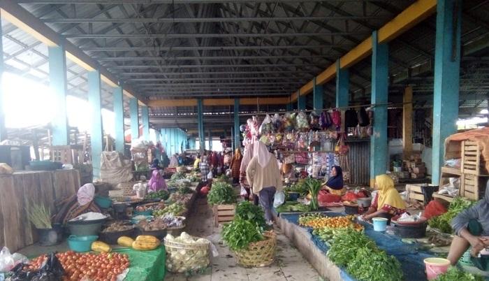 Potret pedagang dan pembeli sayur-sayuran di Pasar Tente. (Ntb News/Nur Hasanah)
