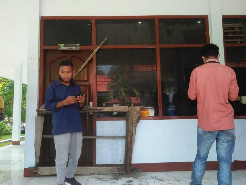 Dua orang pengunjuk rasa dari Ampera berdiri di depan ruangan Komisi I DPRD Kabupaten Bima. (Akbar/Ntb News)