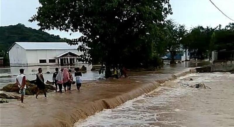 Pengendara melintasi Jalan Tente-Karubu yang terendam banjir. (Nur Hasanah/Ntb News)