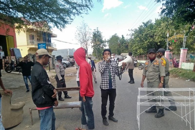 Sejumlah pemuda dan mahasiswa menyampaikan aspirasi terkait kerusakan jalan di Rabakodo. (Arif Sofyandi/Ntb News)