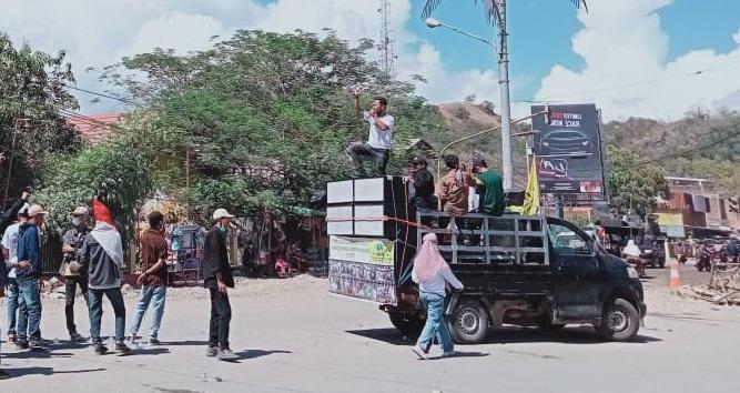 Massa yang tergabung dalam FKPT melakukan aksi di bundaran jalan Tente. (Nur Hasanah/Ntb News)