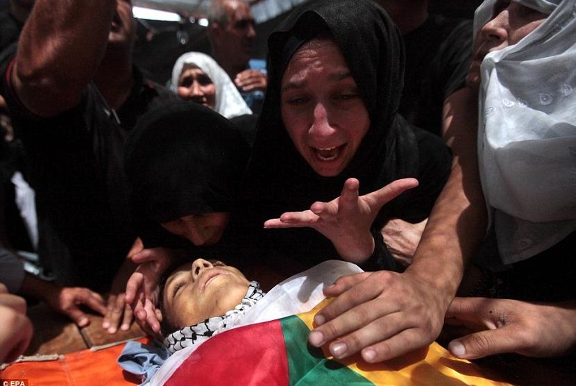 Seorang ibu di Palestina terlihat menangis histeris saat melihat jasad putranya. (Istimewa)