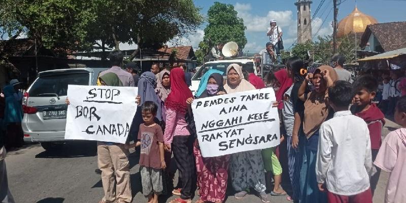 Warga Desa Tambe menolak pengeboran air yang dilakukan Bor Canada. (Arif Sofyandi/Ntb News)