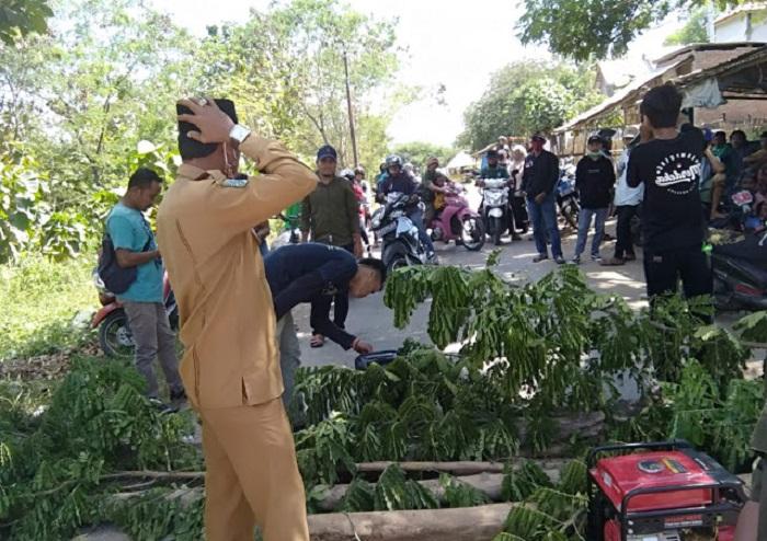 Warga Desa Rade memblokade jalan raya pada Senin (3/5/2021) lalu. (Istimewa)