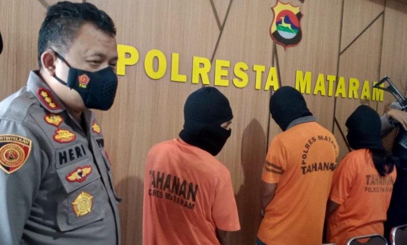 Kapolresta Mataram Heri Wahyudi (kiri) menunjukkan buronan kasus peredaran sabu-sabu di wilayah Karang Bagu, berinisial AD (kedua kiri) bersama putri dan menantunya yang terlibat dalam jaringan saat konferensi pers di Mapolresta Mataram, NTB, Selasa (25/5/2021). (Antara/Dhimas B.P.)