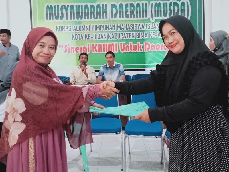 Penyerahan berkas Musda oleh presidium sidang Ida Royani (kanan) kepada Presidium Forhati Kota Bima terpilih Suhada (kiri). (Istimewa)