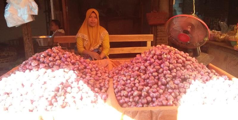 Seorang pedagang sedang menjual bawang merah di Pasar Mandalika Mataram, Senin (7/6/2021). (Rizki Ananda/Ntb News)