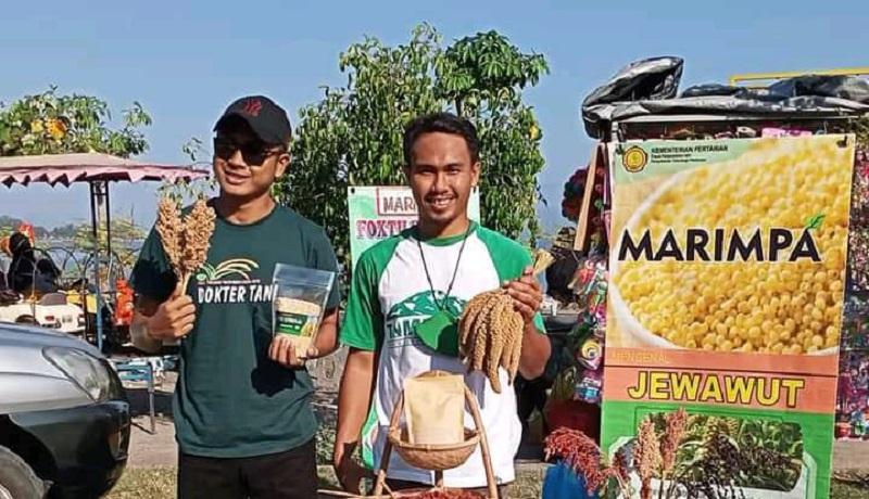 Muhammad Salmin (kanan) memperlihatkan sorgum dan jawawut yang menjadi bahan dasar produk yang dijualnya. (Istimewa)