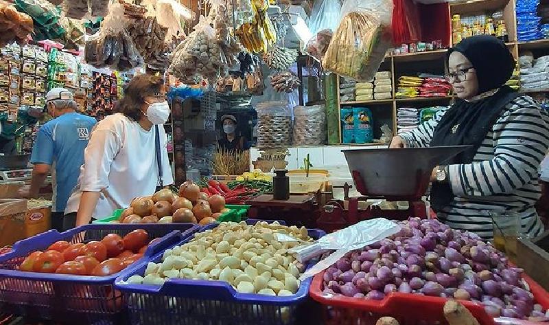 Menteri Keuangan, Sri Mulyani Indrawati, berbincang dengan seorang pedagang di Pasar Santa, Kebaron, Jakarta. (Istimewa)