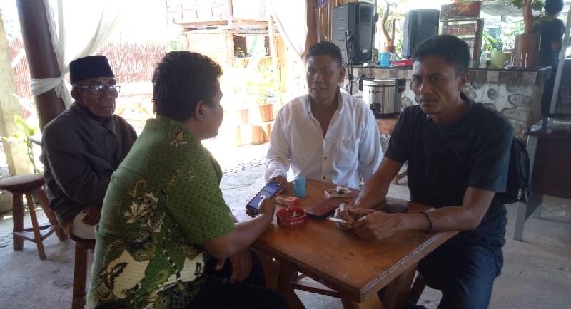 Wartawan Ntbnews.com saat mewancarai Ketua LSM Jenewa (kaos hitam). Didampingi oleh Gapoktan, Salahuddin (kemeja putih), dan tokoh masyarakat Kecamatan Lambu (peci hitam). (Ntb News/Akbar)